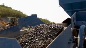 沿道路的石渣或沥青移动在沥青工厂 涂柏油做外面 影视素材
