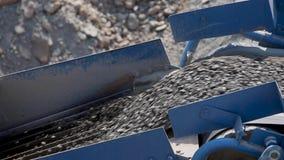 沿道路的石渣或沥青移动在沥青工厂 涂柏油做外面 股票录像