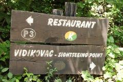 沿道路的餐馆标志在Plitvice国家公园 图库摄影