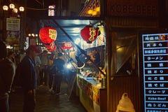 沿道顿堀街的街道食物在大阪 库存图片