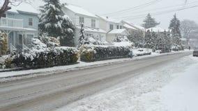 沿郊区雪的街道 免版税库存图片