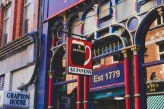 沿都伯林市中心街道的传统爱尔兰客栈  图库摄影