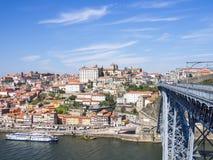 沿都市风景douro波尔图河地平线 免版税库存照片