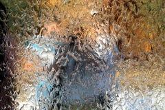 沿镜子的墙壁的水流量,水平的抽象纹理,发光的背景 免版税库存图片