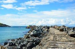 沿防堤的木轨道 库存照片