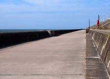 沿防波堤的长的具体人行道在与夏天阳光和海的布莱克浦lancashire 免版税库存图片