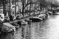 沿阿姆斯特丹运河被停泊的小船  免版税图库摄影
