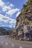 沿陡峭的岩石峭壁的路轮 免版税库存图片