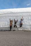 沿雪墙壁的高速公路 挪威在春天 库存图片