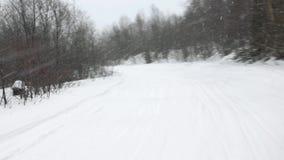 沿雪轨道射击的雪上电车速度从后座 影视素材