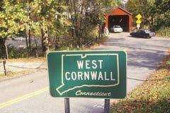 沿风景路线7的一座被遮盖的桥在西部康沃尔郡,康涅狄格 免版税库存图片