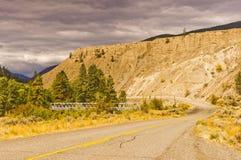 沿高速公路的被腐蚀的含沙峭壁 免版税图库摄影