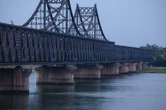 沿鸭绿江的北朝鲜船 免版税库存照片