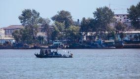 沿鸭绿江的北朝鲜船 免版税图库摄影