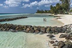 沿巴巴多斯的南海岸的海滩 免版税库存图片