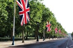 沿购物中心的英国国旗 免版税库存图片