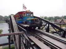 2011年沿购物车死亡2月kanchanaburi移动照片铁路铁路修理公司被采取的泰国跟踪工作者 2014年3月17日-泰国旅游火车连续十字架河Kwai桥梁 图库摄影