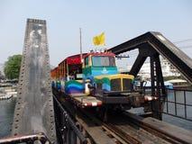 2011年沿购物车死亡2月kanchanaburi移动照片铁路铁路修理公司被采取的泰国跟踪工作者 2014年3月17日-泰国旅游火车连续十字架河Kwai桥梁 免版税库存照片