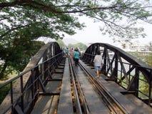 2011年沿购物车死亡2月kanchanaburi移动照片铁路铁路修理公司被采取的泰国跟踪工作者 2014年3月17日-泰国旅游火车连续十字架河Kwai桥梁 库存照片