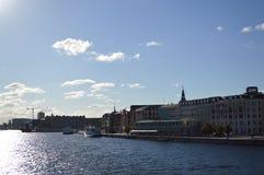 沿水的大厦在哥本哈根 库存图片