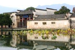 沿水,中国的古老风景村庄宏村(联合国科教文组织) 免版税库存照片