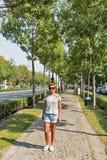 沿Andrassy大道的妇女步行在布达佩斯,匈牙利 库存图片