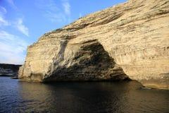 沿Bonifacio海岸,南可西嘉岛,法国的Sdragonato海洋洞 免版税库存照片