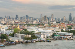 沿Chaophraya河黄昏的,曼谷, Thaila的盛大宫殿 库存照片