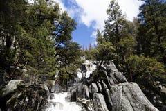 沿Chilnualna足迹优胜美地国家公园Californ的瀑布 免版税图库摄影