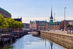 沿Copengahen运河的证券交易所区 免版税库存图片
