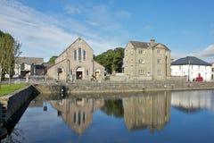 沿Corrib河的之家在高尔韦 免版税库存图片