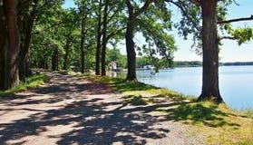 沿Dvoriste池塘的供徒步旅行的小道 免版税库存图片