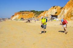 沿Falesia海滩的一个看法在葡萄牙Albuferia 图库摄影