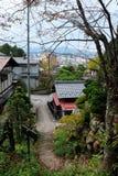 沿Higashiyama走的路线的秋叶在高山市 免版税库存照片