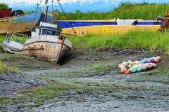 沿Kachemak海湾的烂掉小船 图库摄影