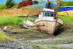 沿Kachemak海湾的烂掉小船 库存图片