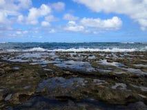 沿Kaihalulu海滩岸的珊瑚岩石  库存图片