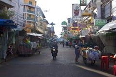 沿Khao圣路的游人步行 免版税图库摄影