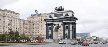 沿Kutuzovsky Prospekt移动的汽车和步行者 库存图片