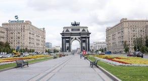 沿Kutuzovsky Prospekt移动的汽车和步行者 图库摄影