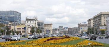 沿Kutuzovsky Prospekt移动的汽车和步行者 免版税图库摄影
