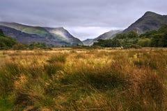 沿Llanberis通过的视图往Snowdon 免版税库存照片