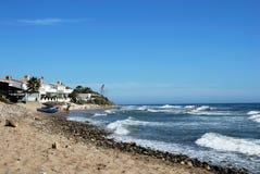 沿Marbessa海滩,西班牙的看法 库存照片