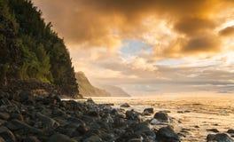 沿Na梵语海岸的日落从Ke ` e海滩 库存照片