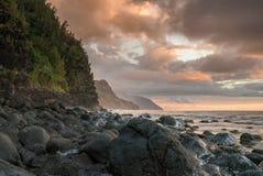 沿Na梵语海岸的日落从Ke ` e海滩 库存图片