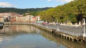 沿Nervion河的宽在五颜六色的大厦的码头和看法在毕尔巴鄂,西班牙 股票视频