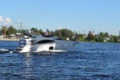 沿Neva河的游艇风帆 图库摄影