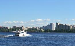 沿Neva河的船风帆 免版税库存图片