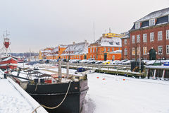 沿Nyhavn的色的门面在哥本哈根在丹麦在冬天 免版税库存图片