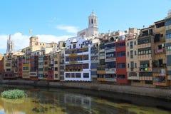 沿Onyar河的河床的议院在希罗纳,西班牙 图库摄影